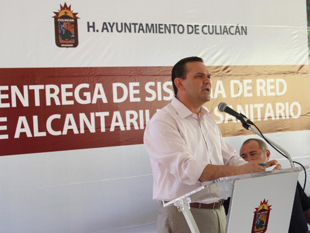 Entrega alcalde alcantarillado sanitario en El Barrio
