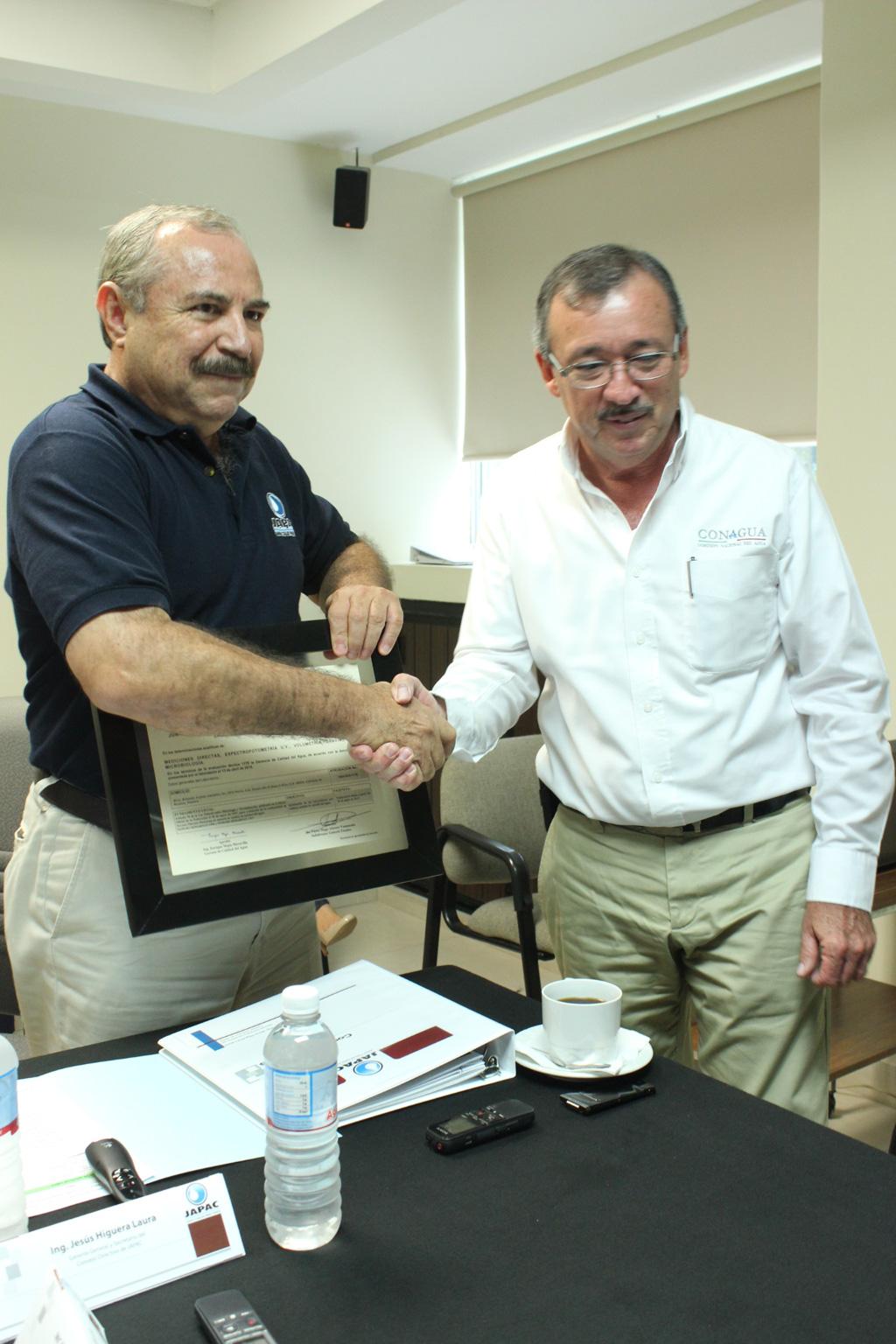 Noticias_2015_Recibe_Laboratorio_de_JAPAC_certificacion_por_parte_de_CONAGUA_02