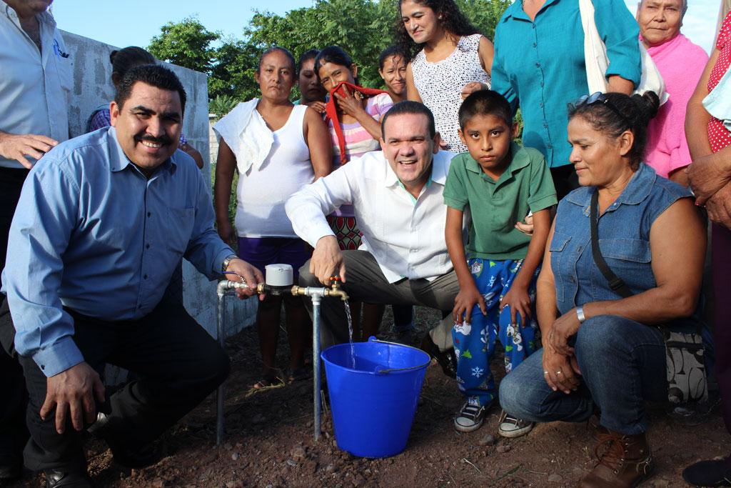 NOTICIAS_2015_Familias_de_Culiacan_reciben_obras_de_agua_potable_y_alcantarillado_02