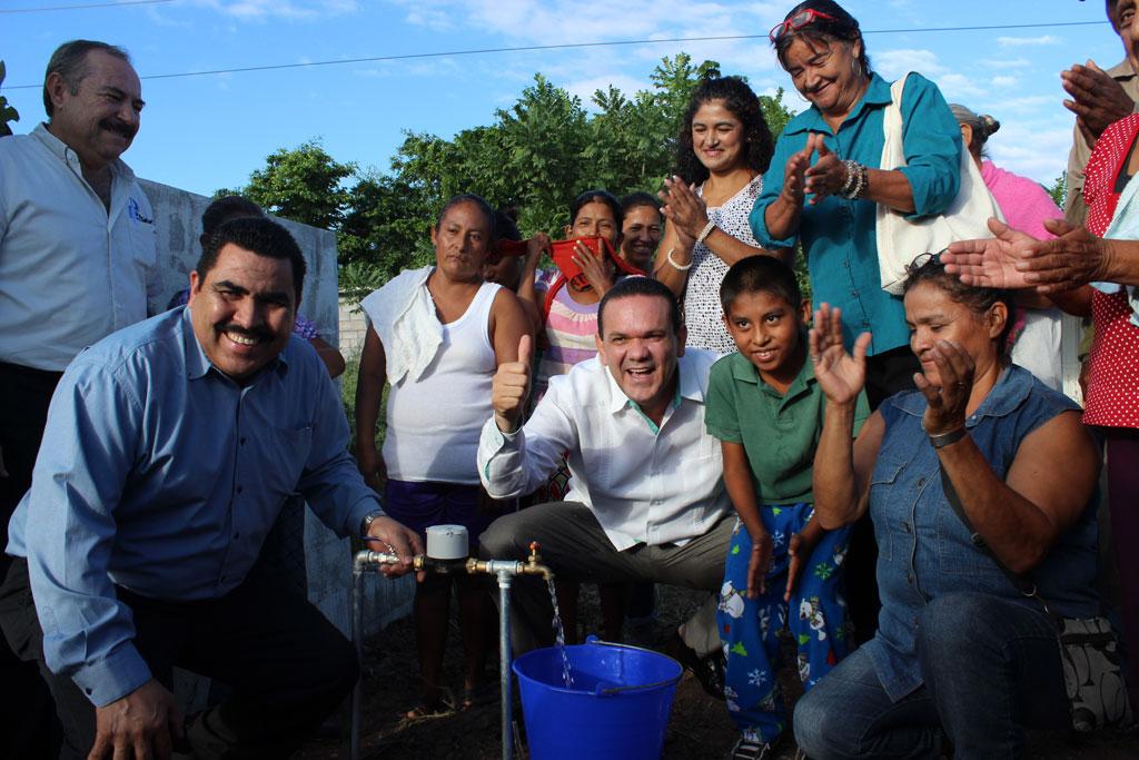 NOTICIAS_2015_Familias_de_Culiacan_reciben_obras_de_agua_potable_y_alcantarillado_03