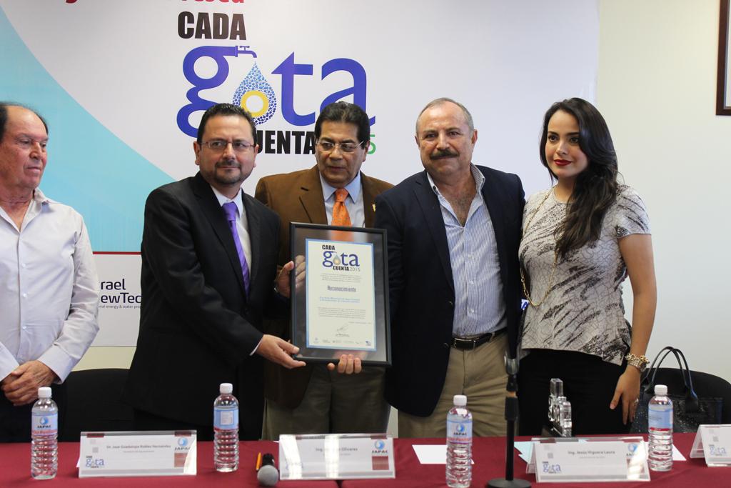 Noticias_2015_Recibe_JAPAC_la_Presea_Cada_Gota_Cuenta_2015_02