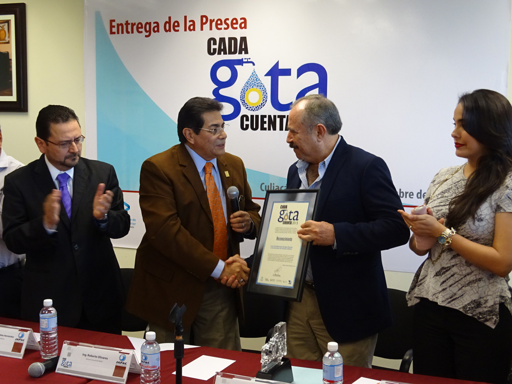 Noticias_2015_Recibe_JAPAC_la_Presea_Cada_Gota_Cuenta_2015_04