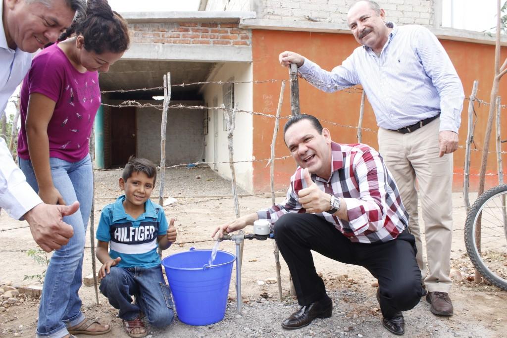 Noticias-2016-Habitantes-de-Villa-Santa-Rosa-ya-tienen-agua-potable-en-sus-hogares-03