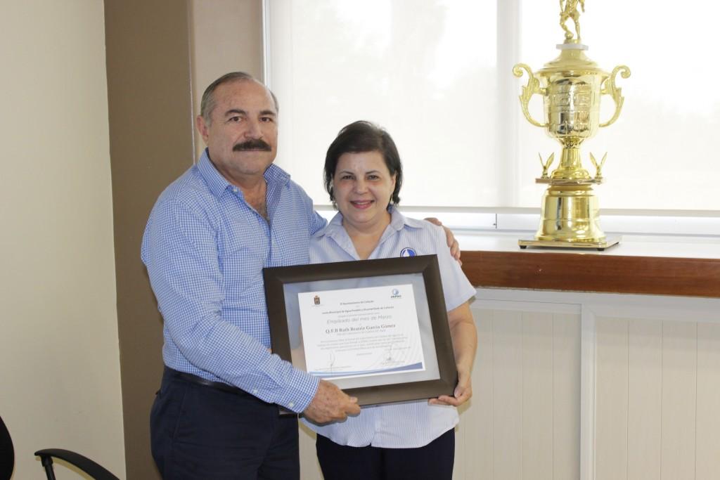 Noticias-2017-Jefa-del-Laboratorio-de-JAPAC-recibe-reconocimiento-como-empleada-del-mes-de-marzo-02