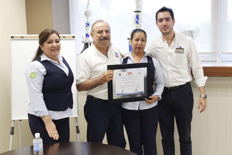 JAPAC-NOTICIAS-jefa-de-tesoreria-recibe-reconocimiento-como-empleada-del-mes-de-agosto-01