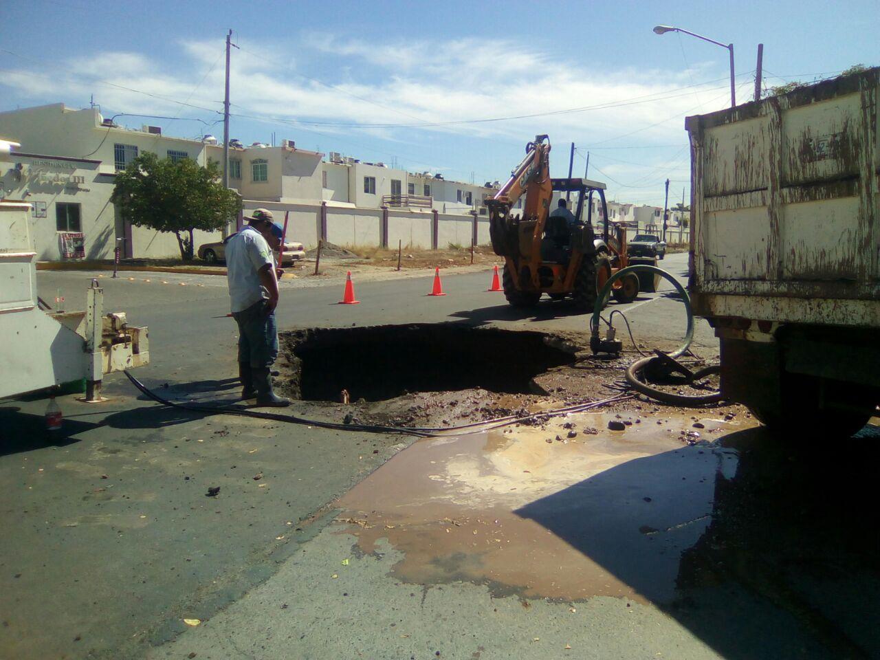 Brigada de JAPAC trabaja en reparación de fuga en sector La Campiña