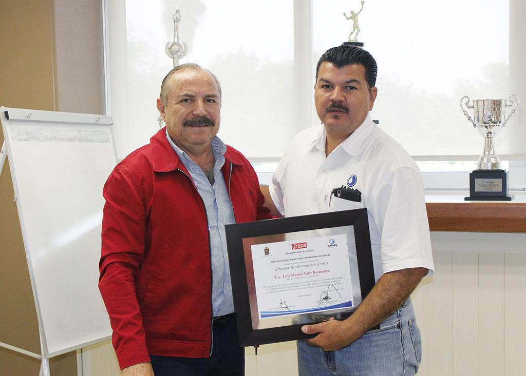 Martín Valle es reconocido como empleado del mes