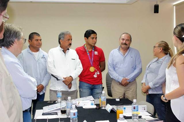 recibe-consejo-directivo-a-ganador-de-oro-de-juegos-parapanamericanos-01